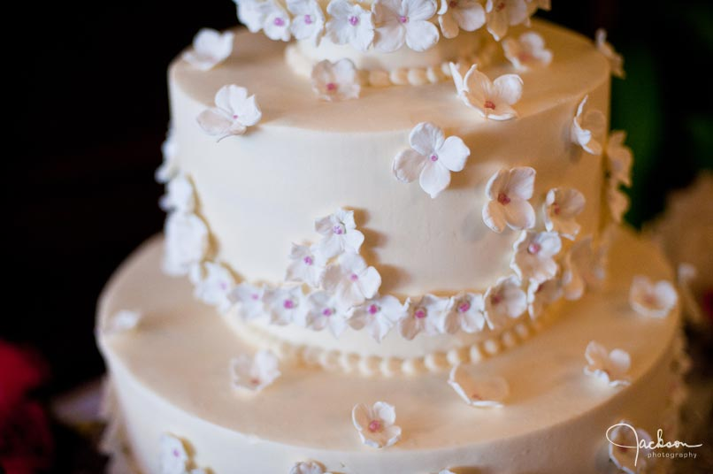 cake with white and fuchsia flowers buttercups